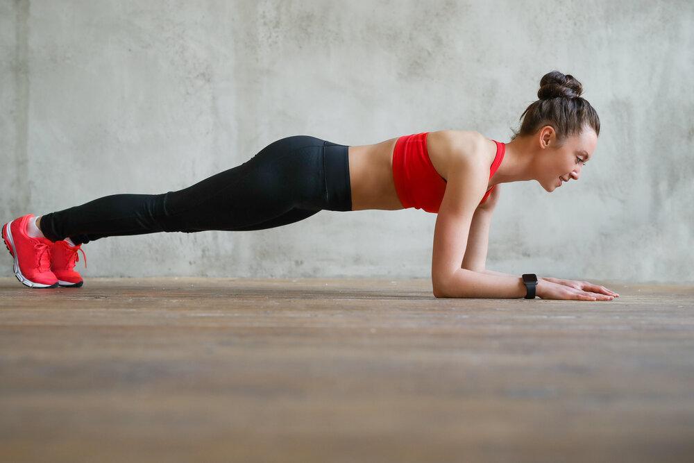 žena cvičí workout