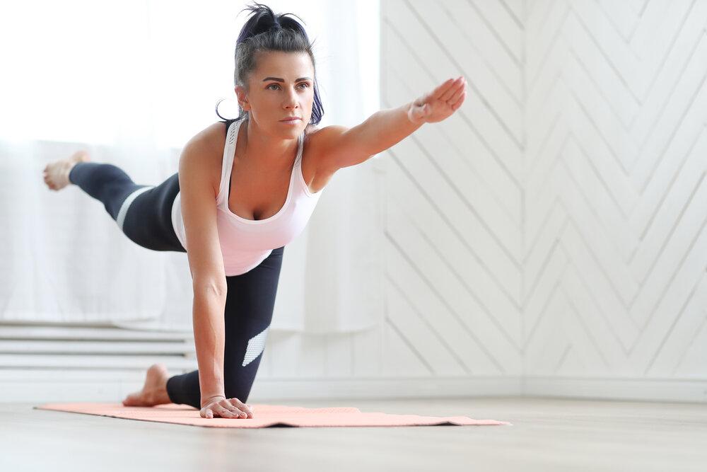 Lifestyle. Mladá žena cvičí jógu.
