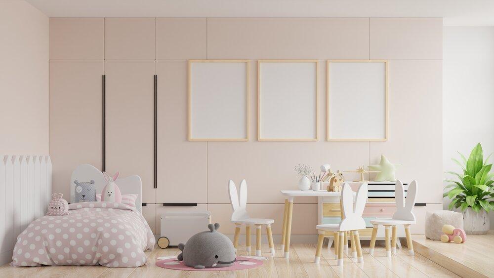 plagáty na pozadí prázdnej krémovej farby steny, stoličky so zajačími ušami