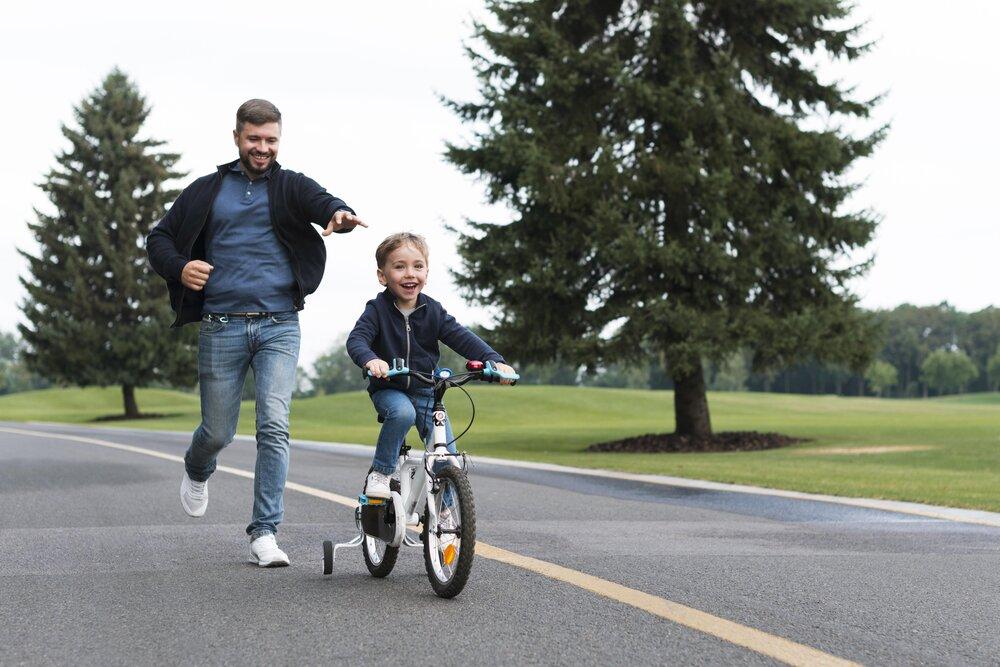 Vysmiaty muž uteká za svojím synom