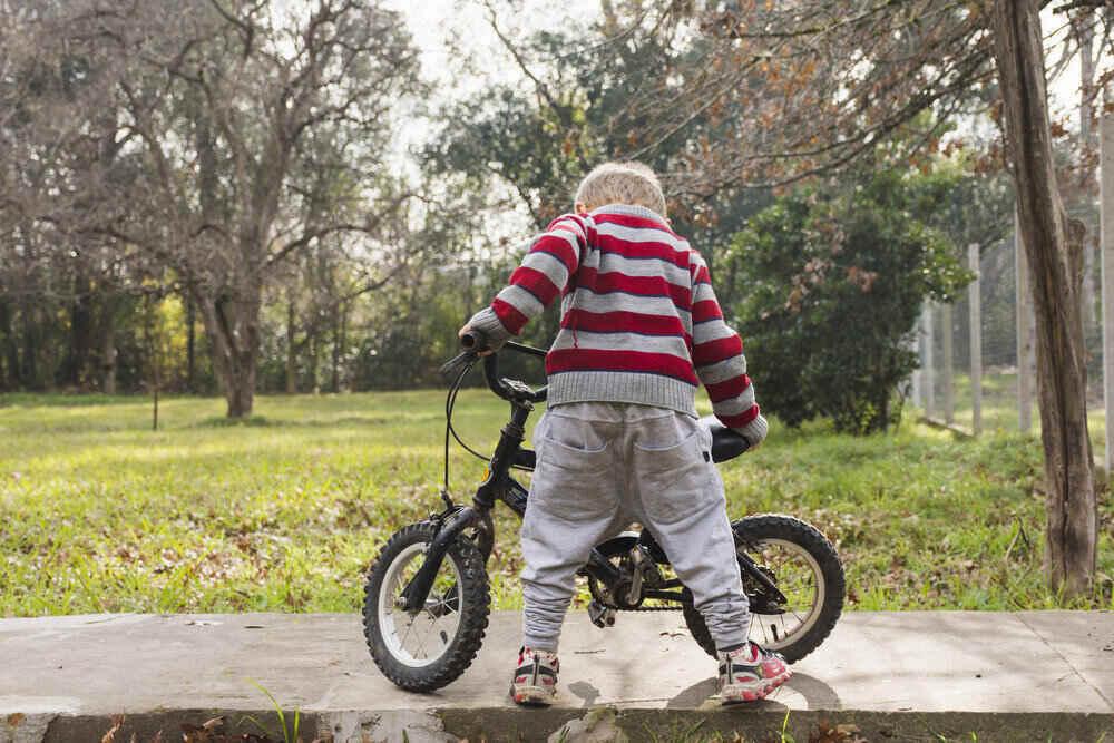Malý chlapec s novým bicyklom