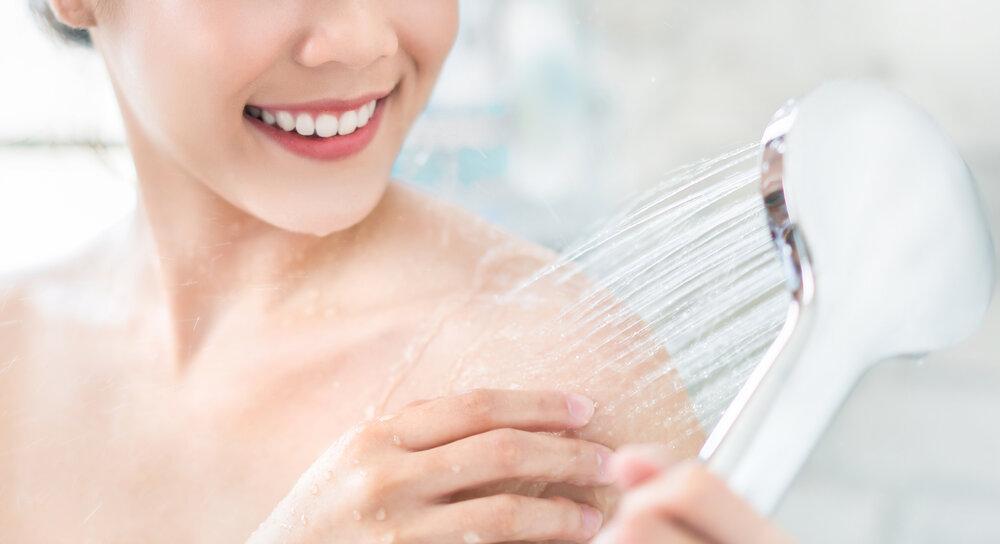 Ázijská žena sa sprchuje