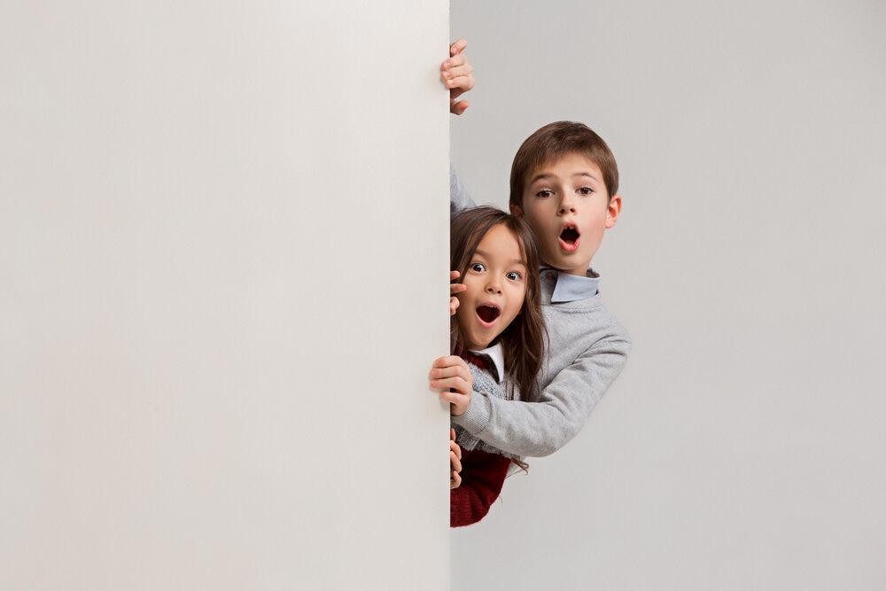 Portrét roztomilých malých detí pri pohľade na fotoaparát