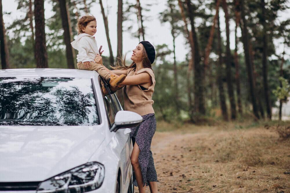 Matka so synom pri aute v parku