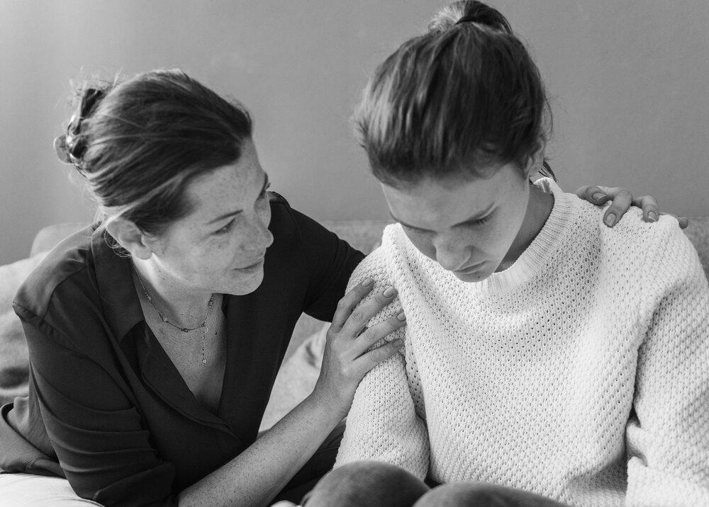 Matka utešuje svoju dcéru z depresie
