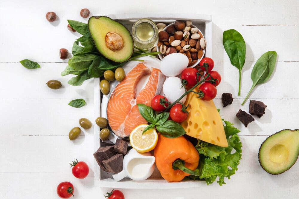 Ketogénna diéta s nízkym obsahom sacharidov. Vyvážené zdravé organické prísady s vysokým obsahom tukov. Výživa pre srdce a cievy. Mäso, ryby a zelenina.