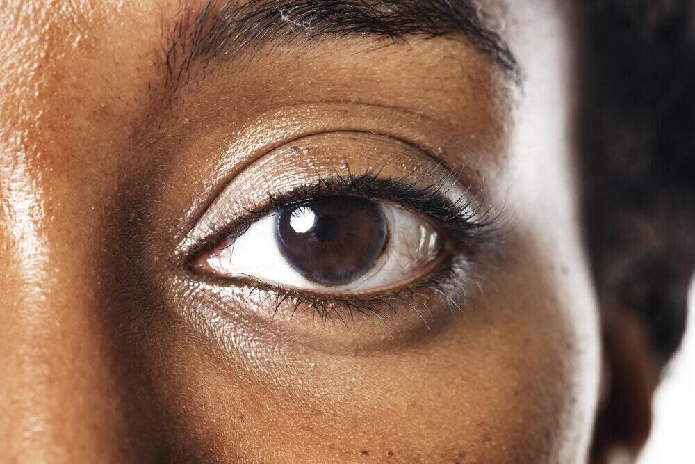 Ženské oko. Detail s kontaktnými šošovkami.