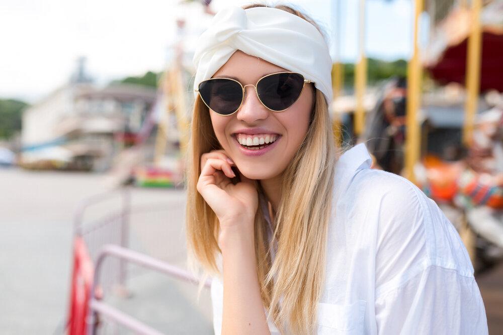 Usmievavá mladá žena s blond vlasmi sa smeje do kamery