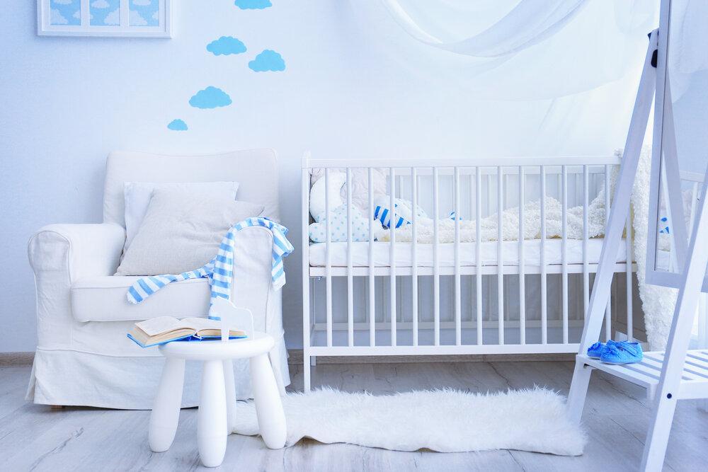Moderná modro-biela izba pre bábätko