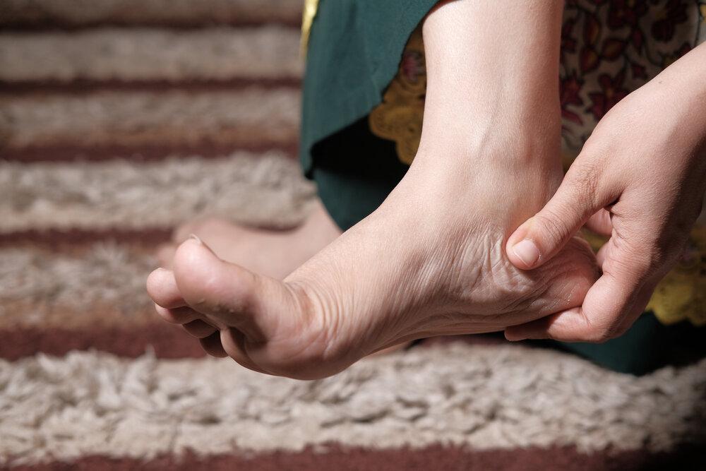 Poranenie nohy. Masáž bolavých chodidiel.