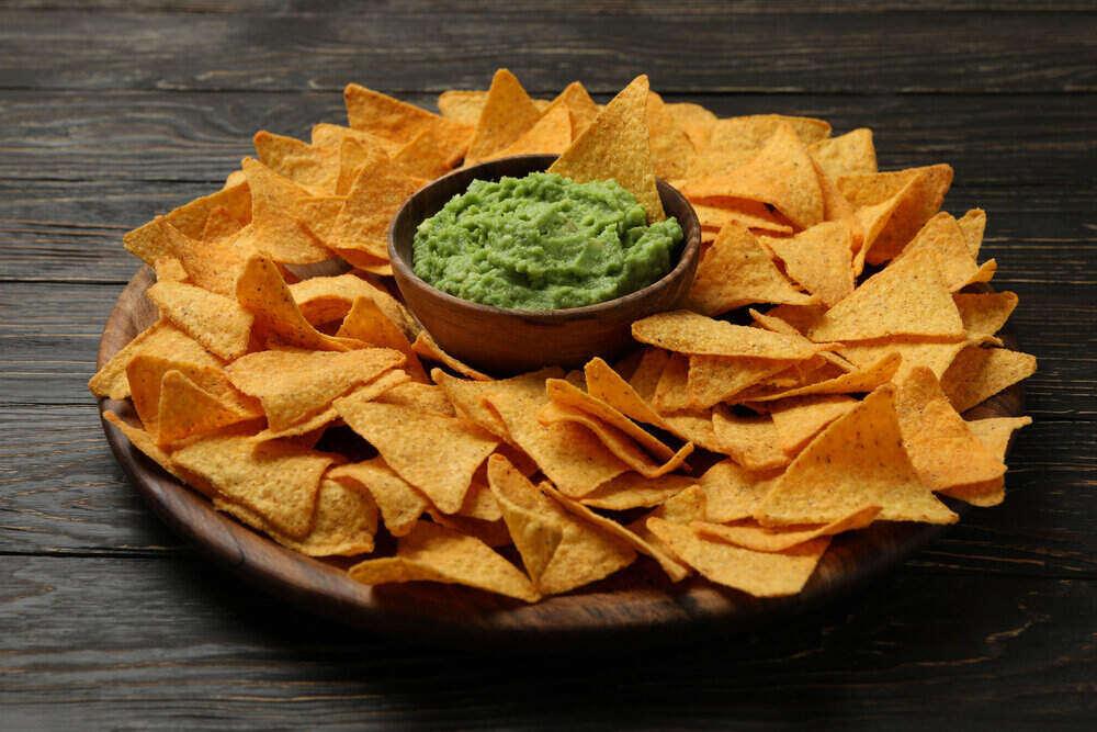 Podnos s nachos a guacamole