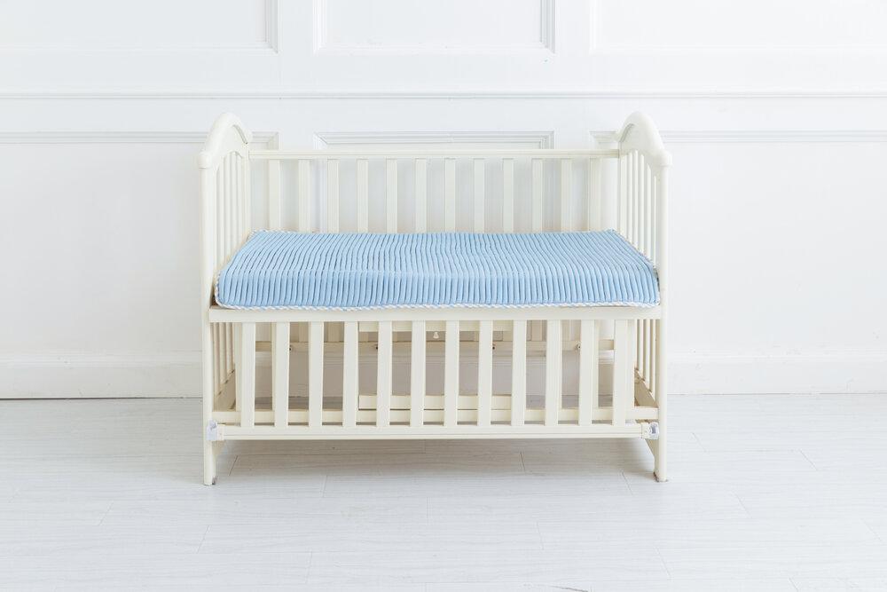 Obrázok polohovateľnej detskej postele pod bielym pozadím