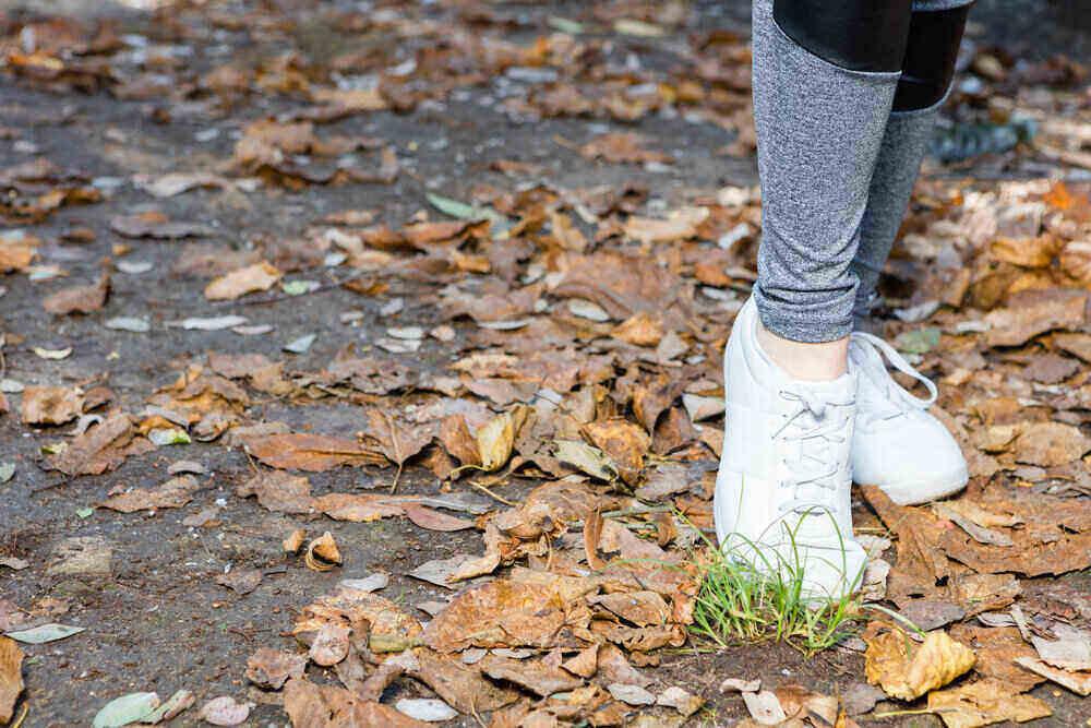 Biele tenisky v jesennom počasí. Vhodná obuv.