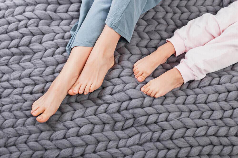 Matka a dcéra ukazujú nohy vyložené na mäkkej vlne