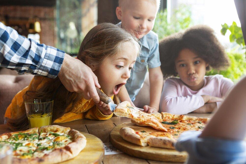 deti miluju cerstvo upecenu pizzu
