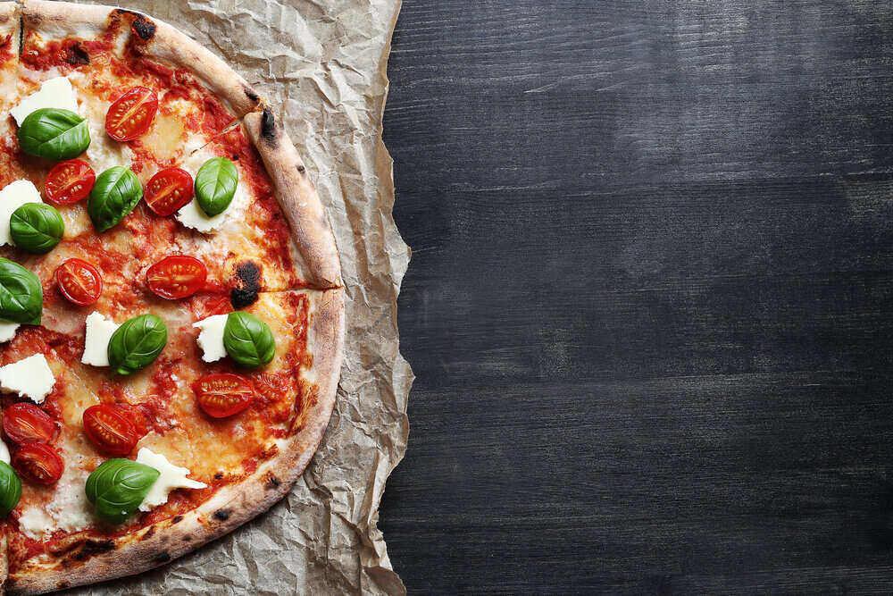 Lahodná pizza na stole