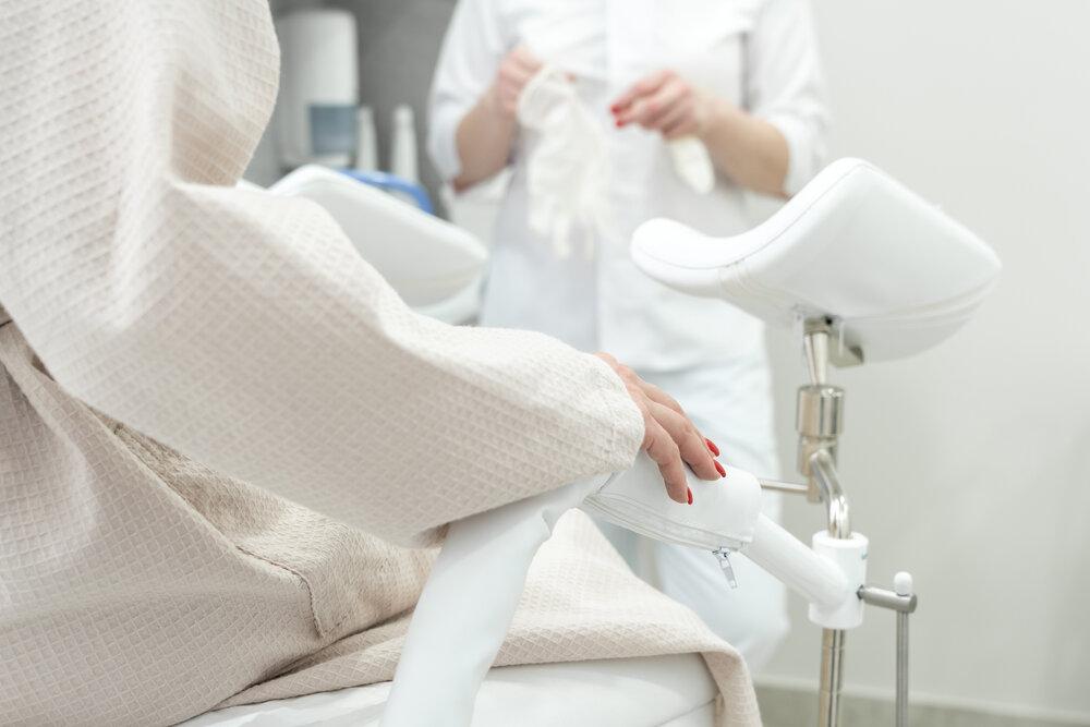 Pacient s gynekológom počas konzultácie v gynekologickej ordinácii