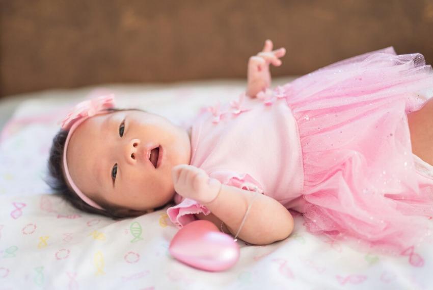 ázijské dievčatko v ružových šatách