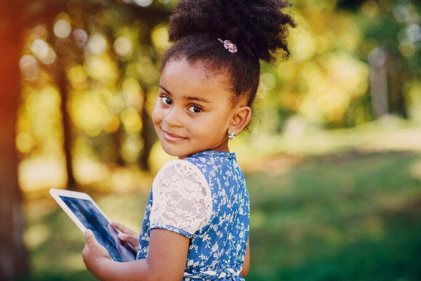 Mladé afro dievča s krásnymi náušničkami