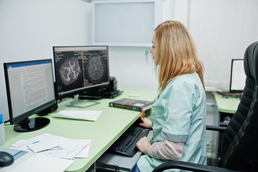 doktorka si prezerá snímky zo sona
