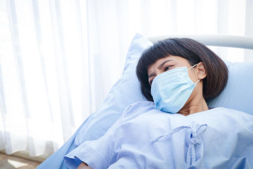 chorá žena v nemocnici